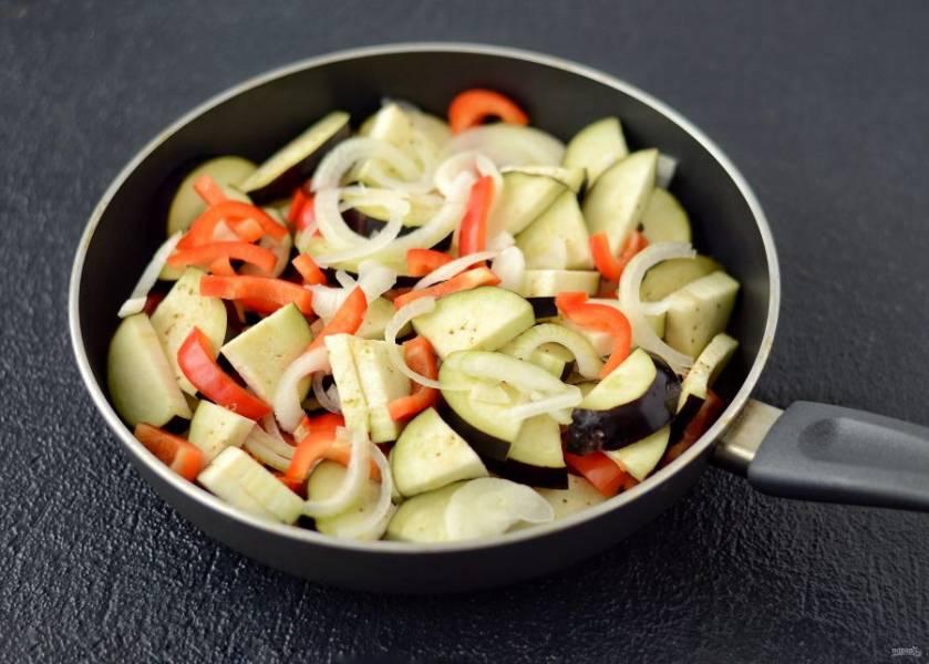 Соедините все ингредиенты вместе, добавьте масло, уксус, соль, сахар и перец.