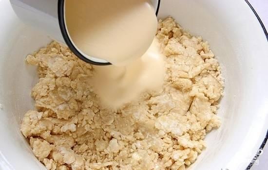 5.Сахар с яйцами взбейте в однородную массу. Добавьте ее к крошке, всыпьте соду (погасить) и хорошо вымешайте тесто.