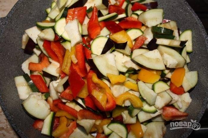 2.Добавьте болгарский перец, баклажан и цукини, нарезанные более крупно и обжаривайте все вместе 10 минут на среднем огне.