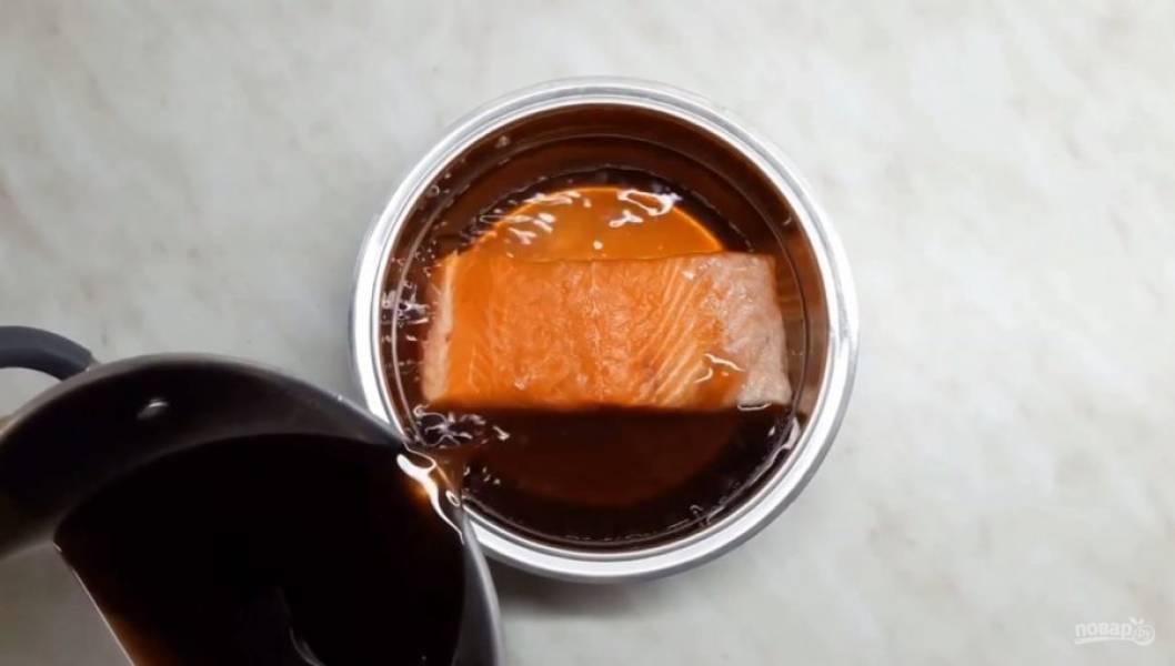 2. Предварительно очищенную от шелухи и костей семгу положите в посудину для соления и залейте солевым раствором, чтобы рыба была полностью покрыта им.