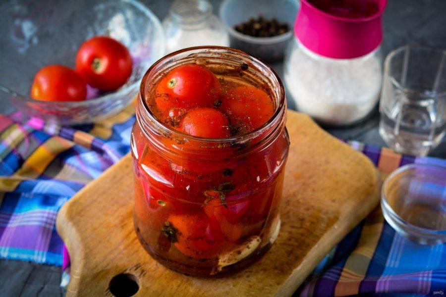 Залейте помидоры горячим маринадом с корицей.
