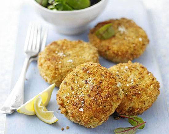 Обваляйте зразы в панировочных сухарях и обжарьте во фритюре до золотистого цвета. Приятного аппетита!