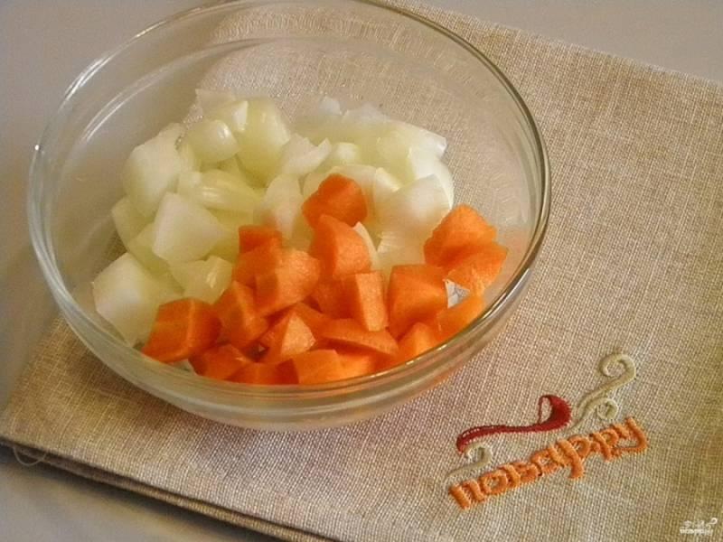 3. Очистите лук и морковь, вымойте их под проточной водой, а затем порежьте кусочками.