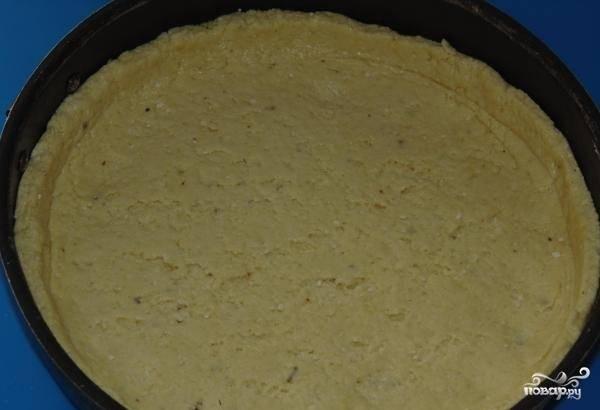 9.Форму для выпекания смазываем маслом, укладываем в неё тесто, не забыв сформировать бортики.