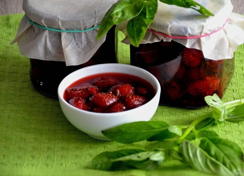 Разложите клубничное варенье с базиликом в подготовленные банки, предварительно промытые и простерилизованные. Закройте простерилизованными крышками. Варенье получилось очень красивое, ягодка к ягодке, ароматное и душистое.