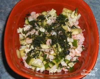 В миске смешиваем огурец, китайскую капусту, креветки и я добавил немного укропа свежего. Поливаю соусом и перемешиваю.