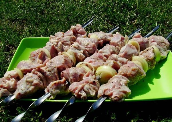 Ну а дальше все по отработанной, хорошо знакомой всем схеме: нанизываем кусочки мяса на шампуры (по 5-6 шт), чередуя их с колечками лука.