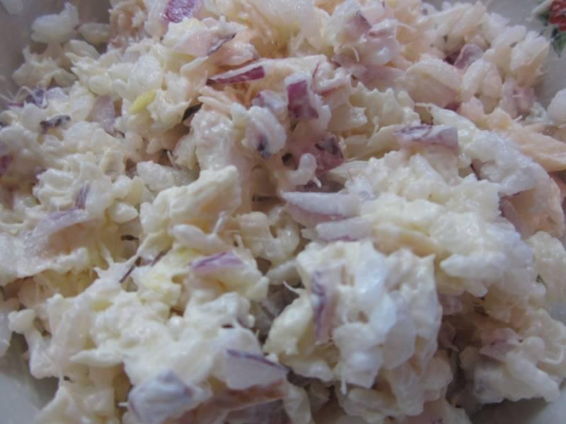 Теперь осталось лишь посолить и поперчить салат, а также заправить его майонезом. По желанию майонез можно смешать со сметаной. Подавайте салат порционно, украсив зеленью.
