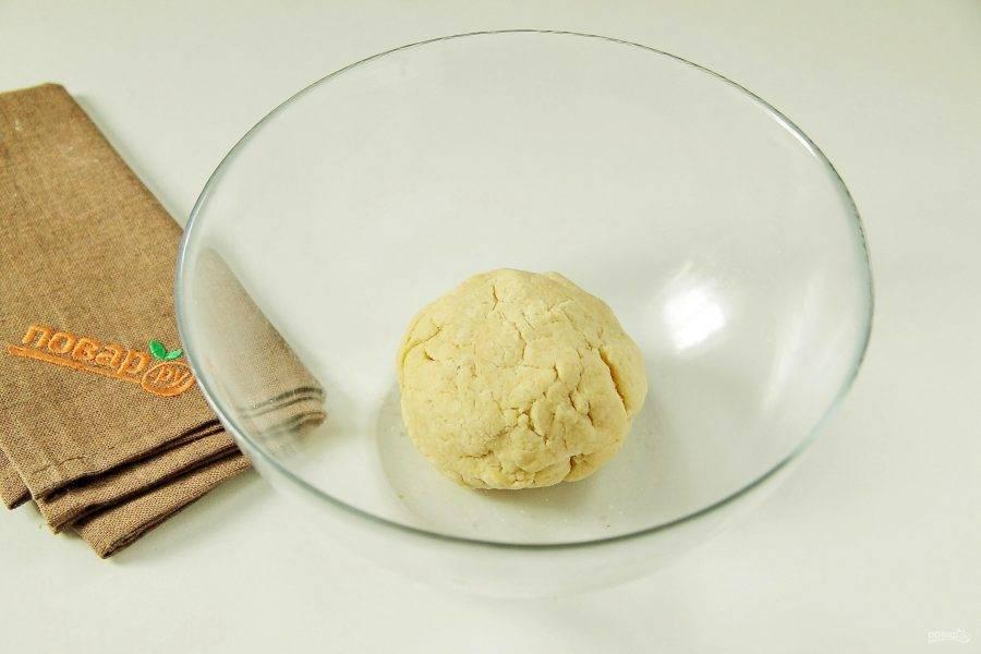 5. Замесите тесто, соберите его в шар, заверните в пленку и уберите в холодильник на 20 минут.