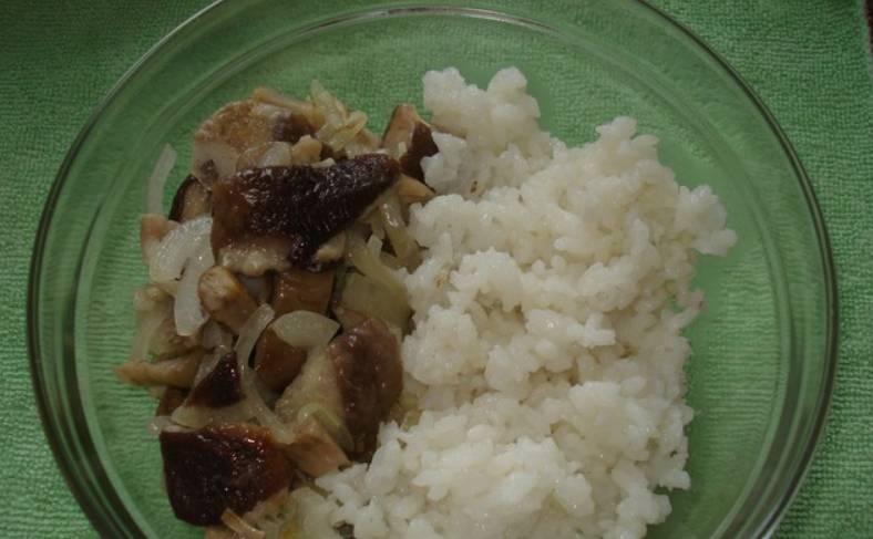 Измельчаем грибы и лук, обжариваем вместе на растительном масле до мягкости (специи — по вкусу). Соединяем жареные грибы с луком и с отварным рисом.