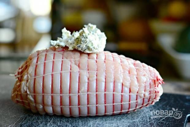 5. Затем грудку смажьте ароматным маслом со всех сторон. Филе можете перевязать жгутами или одеть в специальную сетку.