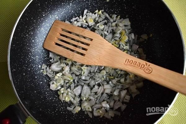 Лук очистите, измельчите и пассеруйте на разогретом масле до мягкости.