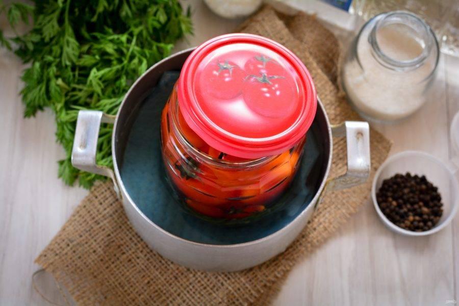 Простерилизуйте помидоры в течение 10 минут.