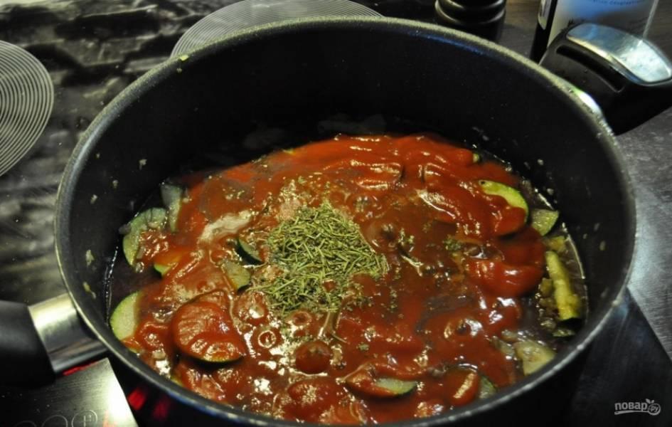 3.Чищу лук и чеснок, нарезаю всё мелким кубиком и отправляю на сковороду, где обжаривалось мясо, затем добавляю кабачки, вливаю вино и готовлю до его испарения, после этого добавляю томатный соус и прованские травы, перемешиваю и готовлю 5 минут.