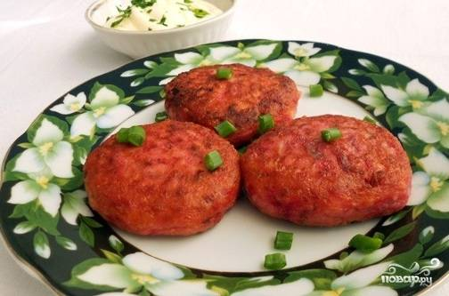 На разогретой сковороде с маслом жарьте котлетки, пока они не подрумянятся с каждой стороны. Приятного аппетита!