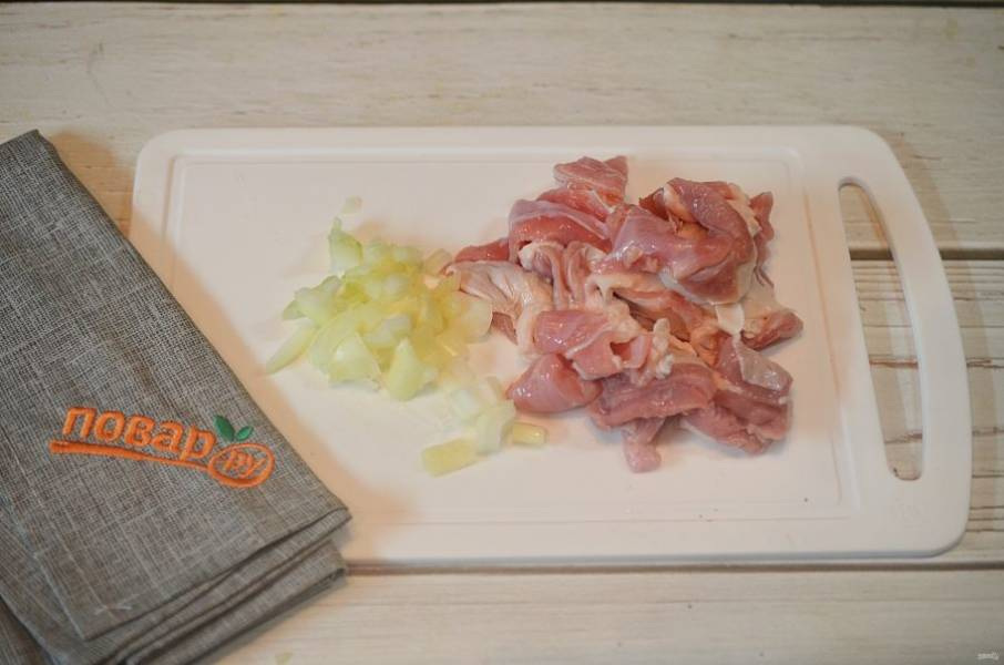 2. Мясо нарежьте кусочками, половину лука нарежьте кубиком.