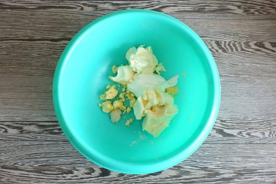 В чаше соедините яичные желтки, сметану, мягкий маргарин.