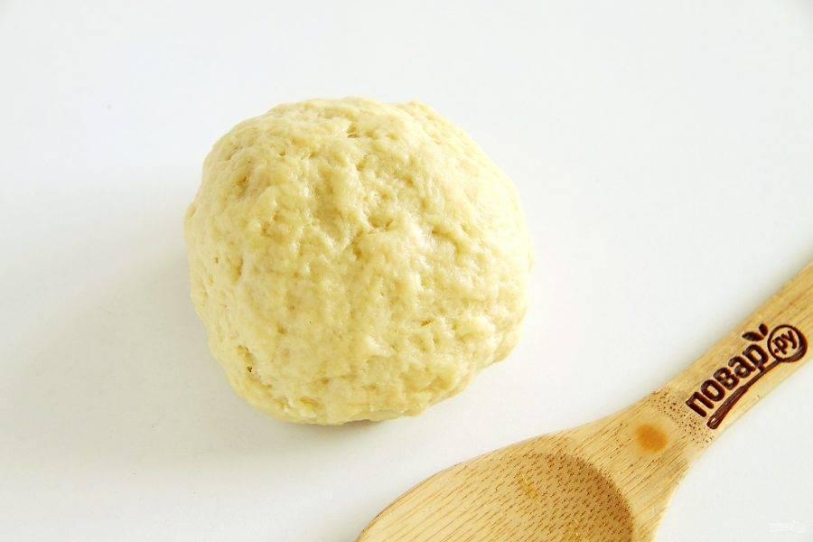 Замесите мягкое тесто, по необходимости в процессе добавляя ледяную воду.