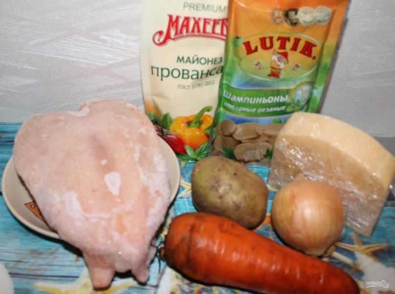1. Этот слоеный салат с куриным филе я готовила на юбилей мамы. Он простой и очень вкусный, а классическое сочетание курицы и грибов в данном случае очень гармоничное. Для начала отварите до готовности куриное филе.