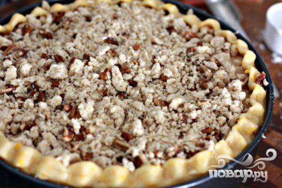 8. Посыпать посыпкой сверху. Выпекать пирог, пока яблоки не станут мягкими и золотистого цвета, около 1 часа 10 минут.