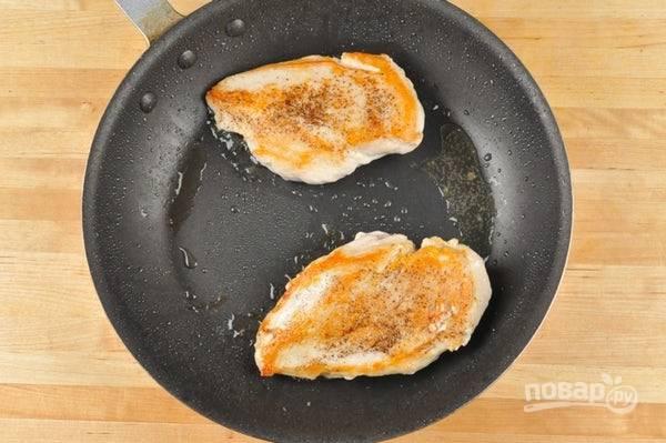 Тем временем, сухари перемешайте с солью. Обваляйте в них две грудки. Затем обжарьте их в масле по 3 минуты с каждой стороны.
