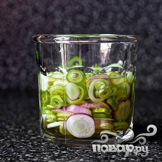 3. Поместить лук в маринад. Накрыть крышкой и поставить в холодильник на 1 час или  на ночь.