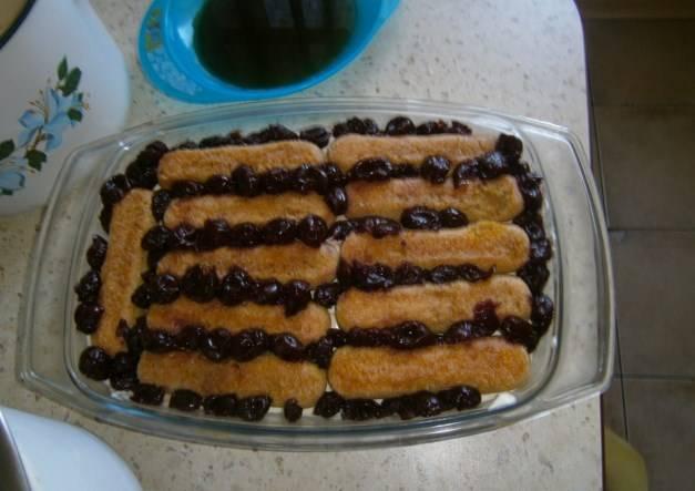 Затем снова слой савоярди и вишни.