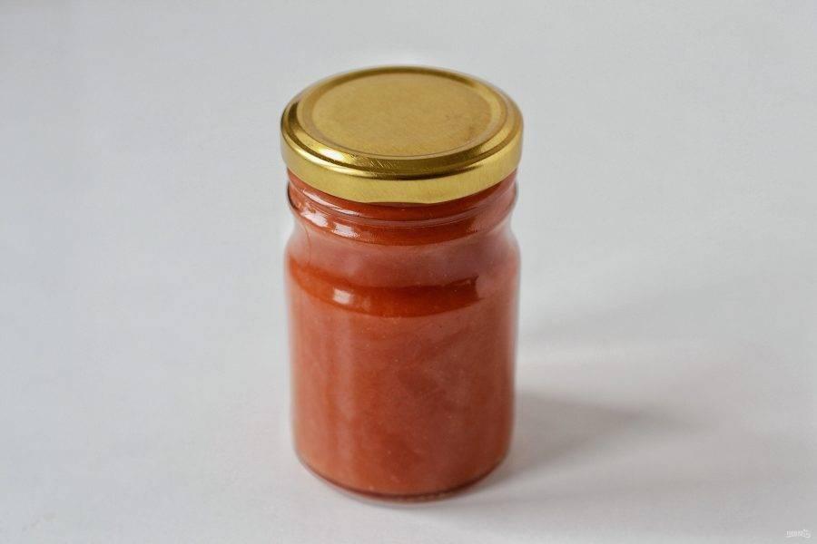 Разлейте кетчуп по стерилизованным бутылкам, герметично закройте и дайте остыть, накрыв полотенцем.