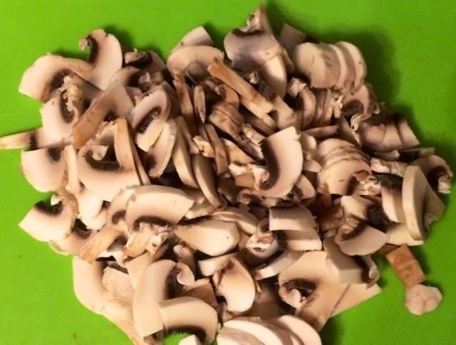 Порежьте грибы небольшими ломтиками, лук – полукольцами, а куриное филе кубиками.