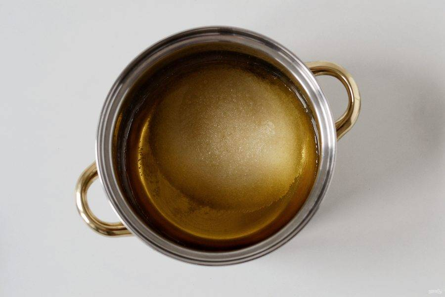 В кастрюле соедините яблочный сок, сахар и лимонную кислоту. Доведите до кипения.