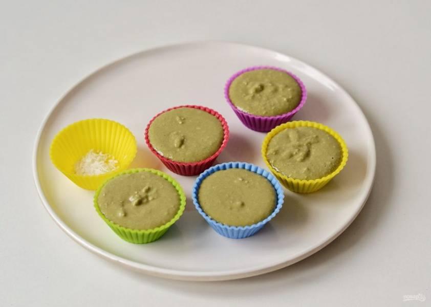 Разложите получившуюся массу по силиконовым формочкам. На дно формочек можно насыпать немного кокосовой стружки или орехов для украшения. Уберите конфеты в морозилку на 10 минут.