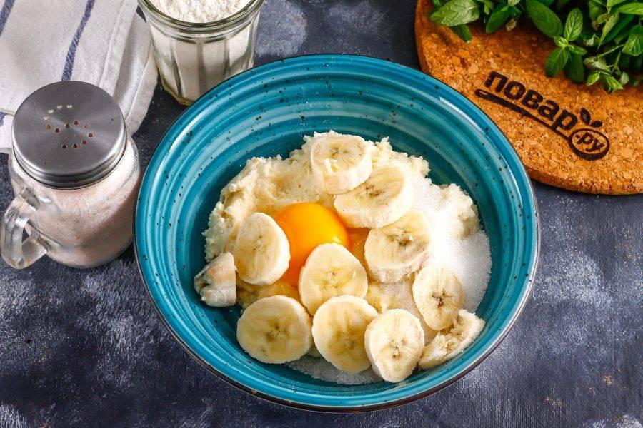 Банан очистите от кожуры и промойте в воде, нарежьте кружочками. С помощью вилки отпюрируйте все содержимое емкости, перемешивая между собой.