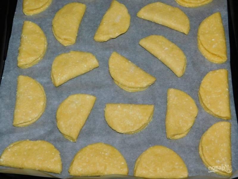 Выложите печенье на противень и поставьте в духовку, разогретую до 200 градусов на 10-15 минут.