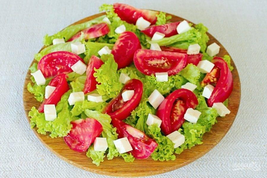 Брынзу режем небольшими кубиками и добавляем в салат.