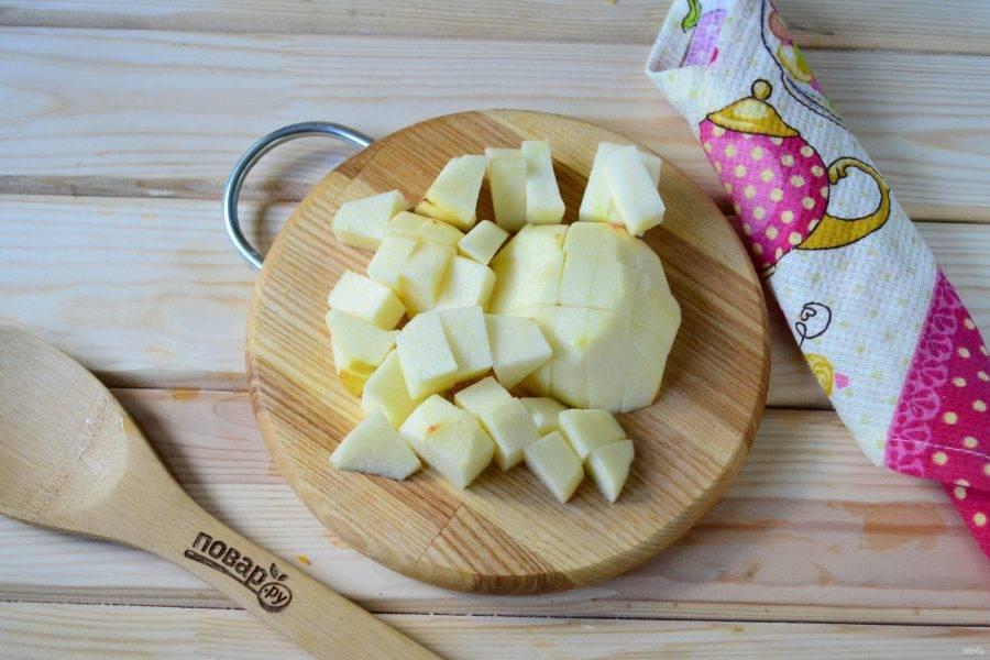 Теперь очередь яблока. Сорт яблок можно использовать абсолютно любой. Обязательно очистите яблоко от кожуры и порежьте на небольшие кусочки. Отправьте в кастрюлю, положите немного молотой гвоздики и варите на медленном огне 20-30 минут. За это время фрукты превратятся в пюре, варенье станет практически однородным, с мелкими кусочки лимона и апельсиновой цедры.