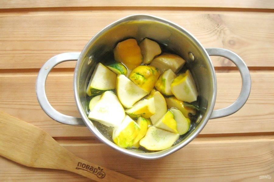 В горячий маринад выложите нарезанные патиссоны. Накройте кастрюлю крышкой. Когда маринад снова закипит, варите патиссоны 3-4 минуты и выключайте плиту.