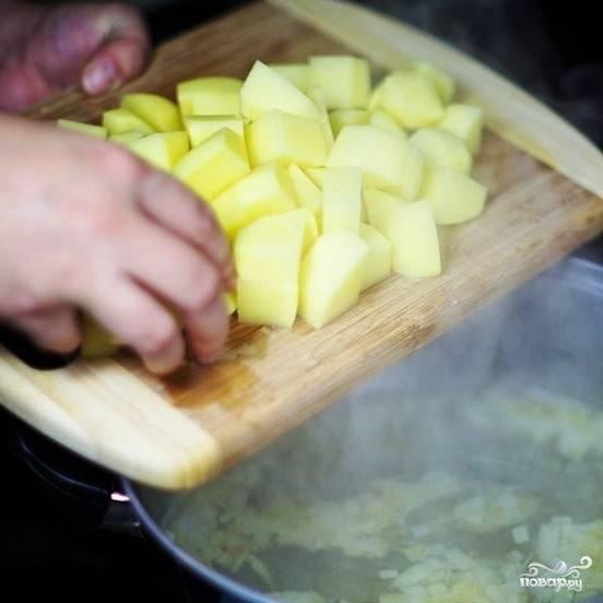 Очищенный картофель нарезаем кубиками и тоже добавляем в суп.