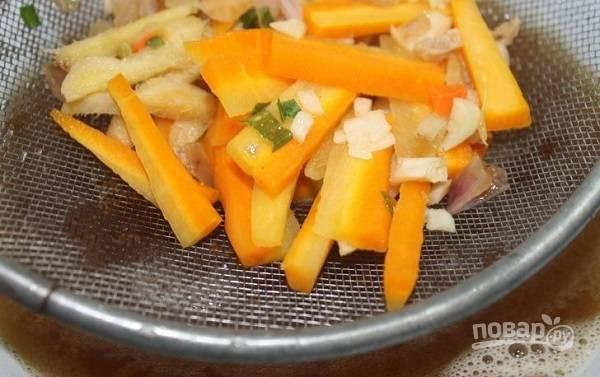 3. Чтобы овощи не переварились, аккуратно достаньте их из кастрюли и отложите на время.
