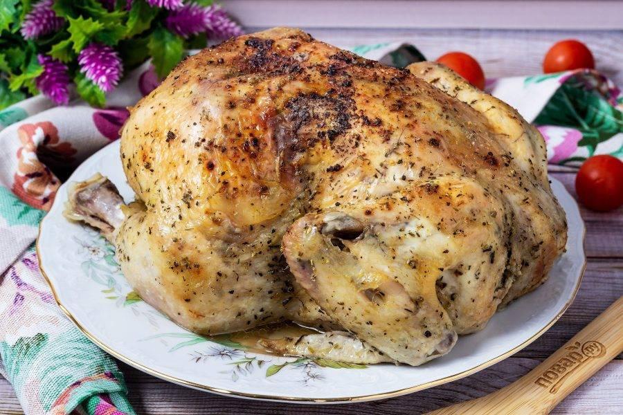 Можно подавать курицу целиком или разделить на части, выложить в форму или в глубокое блюдо и полить соком. Очень вкусно!