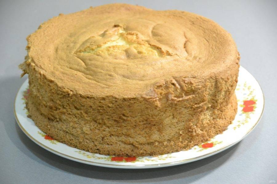 Бисквит легко достается из формы, он пышный и очень-очень нежный. На этом можно было бы уже и остановиться, но я решила приготовить из этого бисквита вкусный торт.
