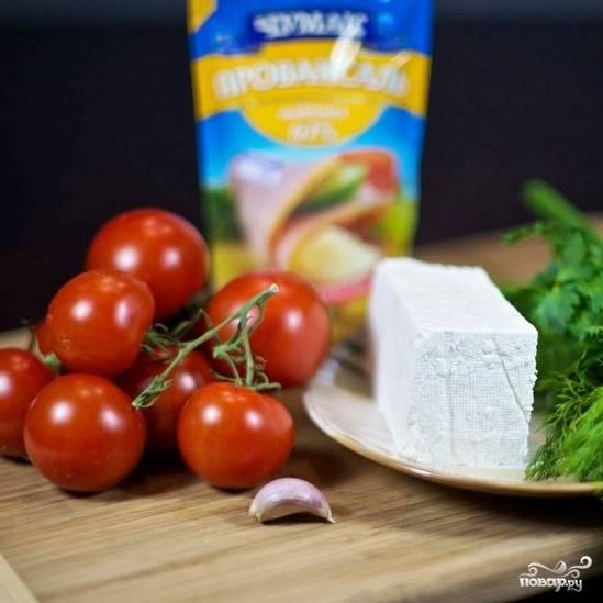 Подготовим все ингредиенты. Нам нужны небольшие, крепенькие помидоры.