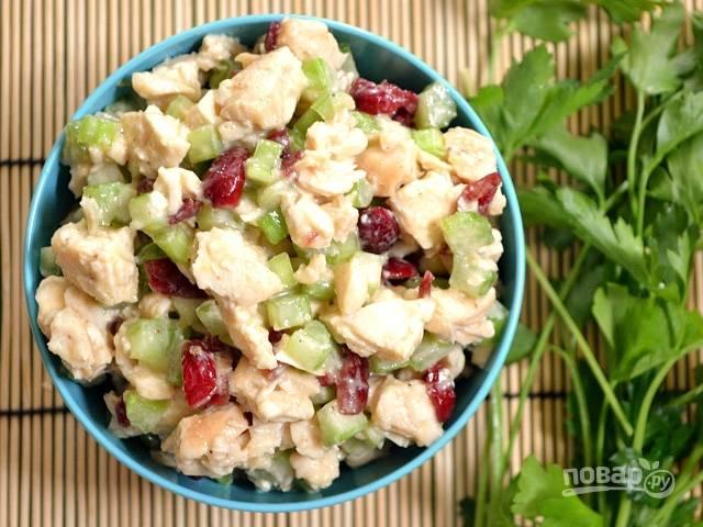 Соедините все ингредиенты в салатнице, добавив к ним заправку. Вкусный салат готов! Приятного аппетита!