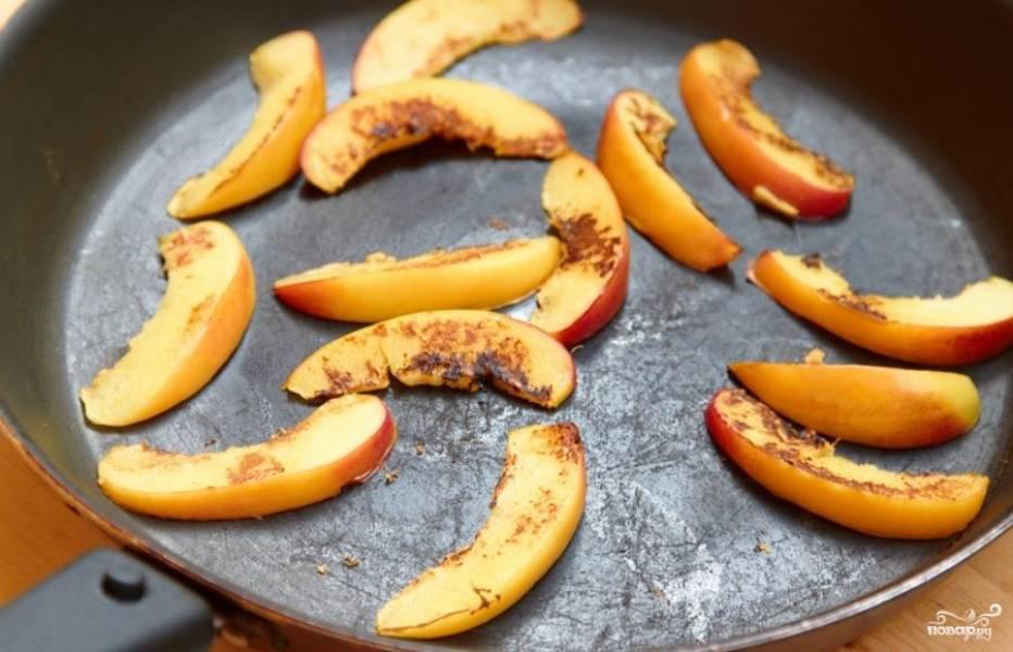 Обжариваем дольки персика на сухой сковороде, примерно по 30 секунд с каждой стороны. Если сковорода плохая и боитесь, что пригорит - капните чуток масла.