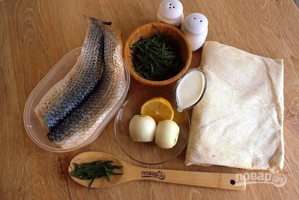 Подготовьте необходимые продукты. Филе рыбы очистите от чешуи, удалите плавники, промойте холодной водой. Лук и листья тархуна промойте холодной водой. Лук очистите.