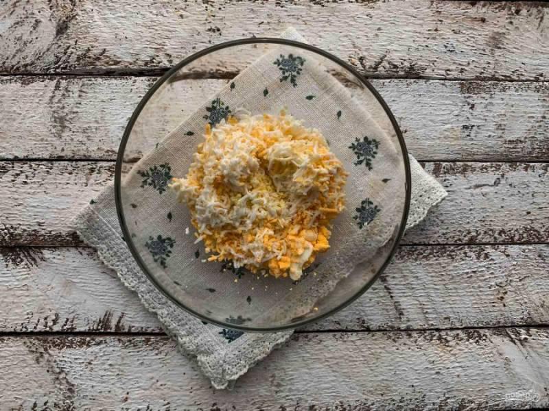 Яйца сварите, очистите их от скорлупы и натрите на мелкой терке.