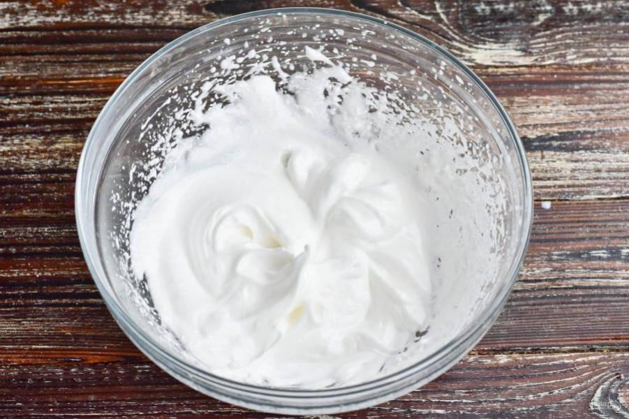В миске взбейте яичные белки с оставшимся сахаром.