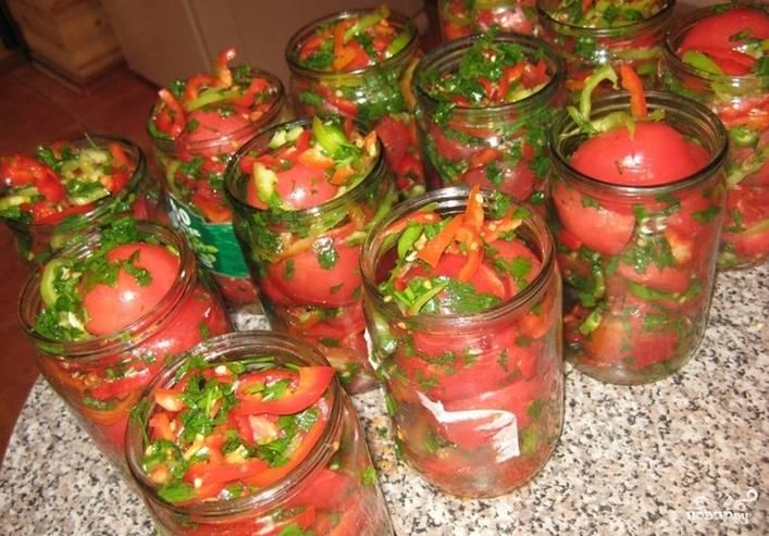 Часть помидоров (около одного килограмма) пропустите через мясорубку. Нам понадобится этот соус для заливки. Выложите овощи в банки и залейте их томатной заливкой.