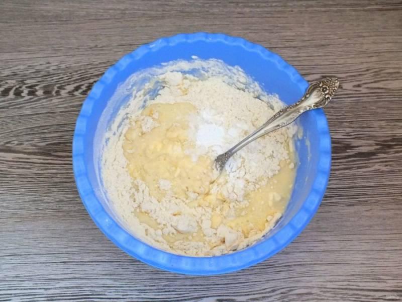 Всыпьте частями муку, разрыхлитель. Замесите мягкое, податливое тесто. Допускается незначительное прилипание к рукам.
