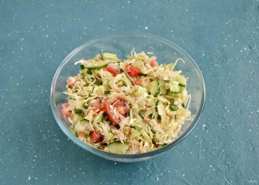 Соедините все ингредиенты вместе, заправьте салат соусом.