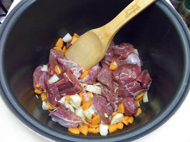 Включите мультиварку на самый мощный режим, у мня это функция разогрева пищи. Влейте растительное масло, добавьте мясо и овощи, соль, перец молотый. Перемешайте и закройте мультиварку, пусть мясо обжарится минут 10. Откройте перемешайте, дайте ему обжариться еще минут пять.